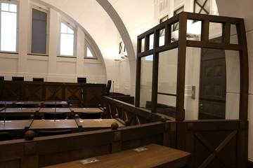 Gerichtssaal mit Angeklagtenbank