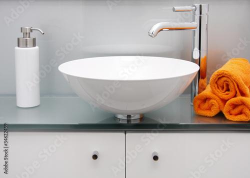 modernes bad waschbecken armatur stockfotos und lizenzfreie bilder auf bild. Black Bedroom Furniture Sets. Home Design Ideas
