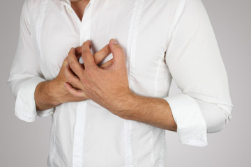 Junger Mann hat Brustschmerzen