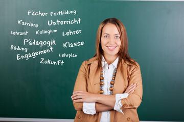 junge lehrerin mit begriffen zum lehramt