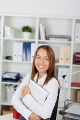 lächelnde junge frau trägt ihren laptop