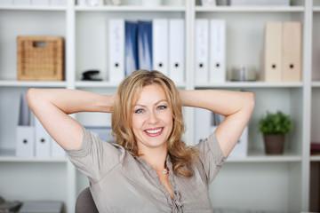 entspannte blonde frau im büro
