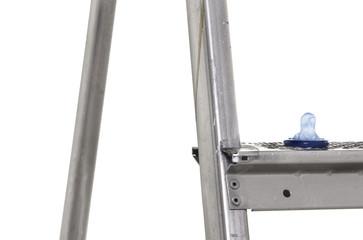 detailaufnahme eines blauen Kondoms auf einer Leitersprosse