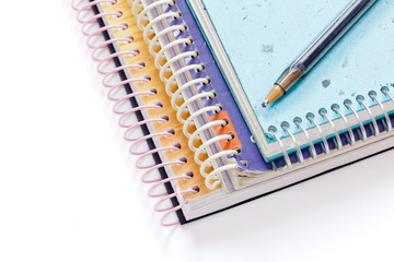 cuadernos escolares y bolígrafo