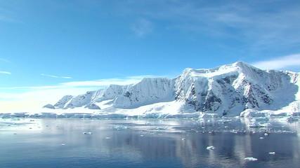Fototapete - tracking along the antarctic peninsula