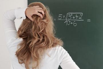 schülerin grübelt über mathe