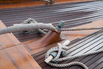An Deck eines alten Bootes