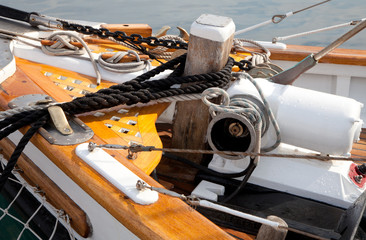 Altes Segelboot mit Leinen