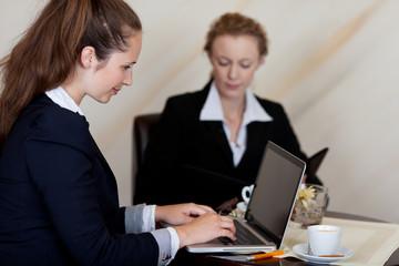 geschäftsfrauen arbeiten in der hotellobby