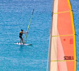Giovane ragazza a scuola di windsurf