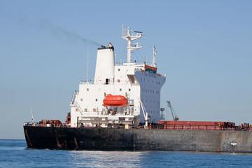 Frachter mit Öl beladen