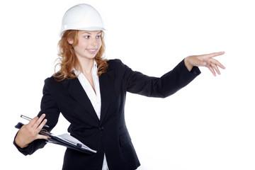 Bautechnikerin mit Unterlagen auf dem Bau