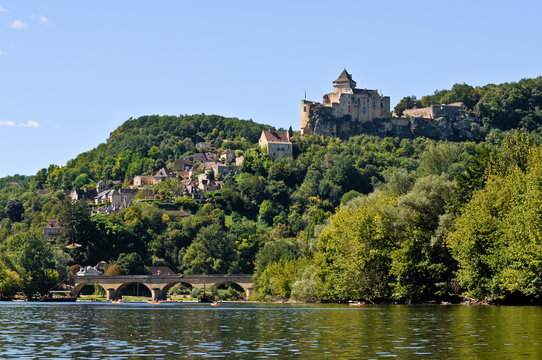 Magnificent view of the Dordogne river and the Castelnaud castle