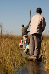 Parejas navegando en el Delta del Okavango