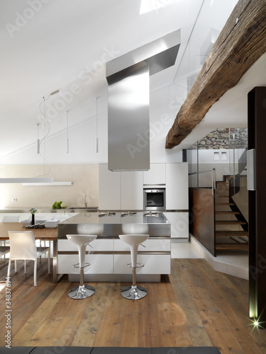 Cucina moderna con isola e pavimento in legno\