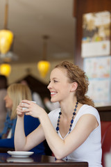 blonde frau entspannt im café