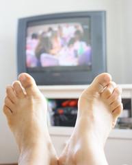 pieds en éventail davant la tv