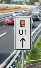 Umleitungs-Schild an einer Autobahn