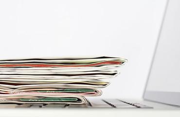 Zeitungen und Labtop