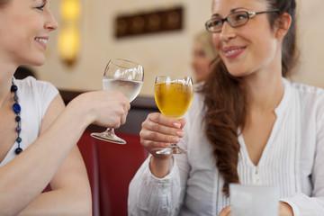 zwei freundinnen trinken etwas zusammen
