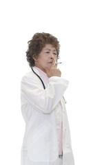 煙草を吸う女医