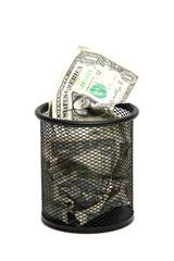 Papierkorb mit Geldscheinen