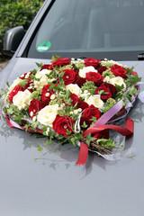 Blumenschmuck auf Hochzeitsauto