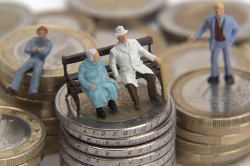 Symbolbild, Renter sitzen auf Ihrem Geld