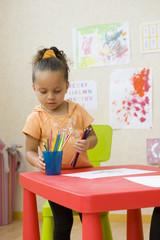 Jeune enfant  en classe de maternelle