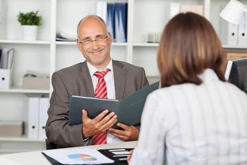 zufriedener personalchef im bewerbungsgespräch