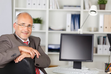 lächelnder geschäftsmann am computer