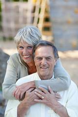 entspanntes älteres paar umarmt sich