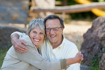 lachendes älteres paar umarmt sich