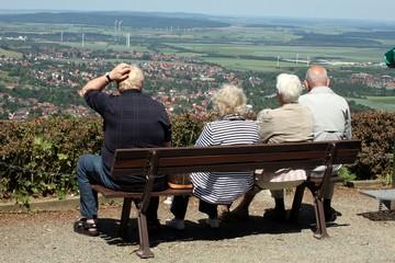 Rentner genießen Aussicht von Berg einer kratzt sich am Kopf