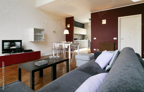 moderna sala da pranzo con vista cucina e divano\