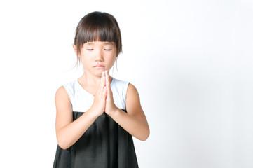 お祈りをする女の子
