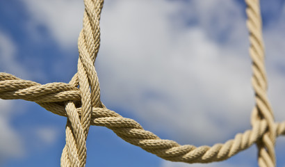 Verbunden Knoten Seil mit Himmel im Hintergrund