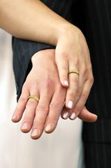 Hände mit goldenen Eheringen