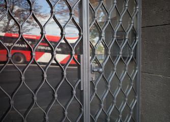 Tür mit Gitter und Glaseinsatz Eingang Haustür