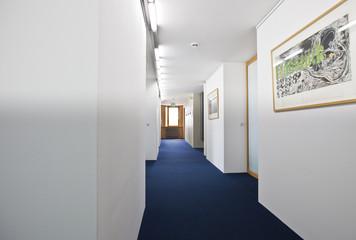 langer Flur im Bürogebäude