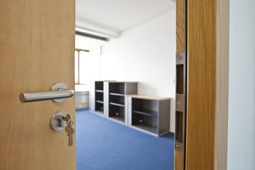 offene Tür Büro mit Schlüssel und Einblick in ein leeres Büro