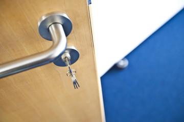 offene Tür mit Schlüssel Büro
