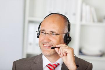 lächelnder geschäftsmann mit headset