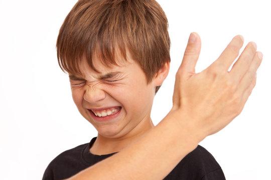 Körperliche Gewalt in der Familie - Junge bekommt Ohrfeige