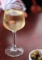 vin appéritif avec des olives