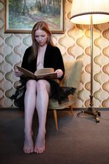 Frau liest unter Stehlampe