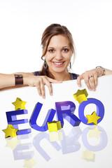 lächelnde frau zeigt euro schild
