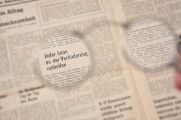Alte Zeitung mit Lorgnon