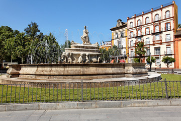 Puerta de Jerez mit Brunnen, Sevilla, Spanien