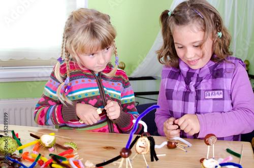 Kinder basteln mit kastanien stockfotos und lizenzfreie for Kastanien basteln kinder